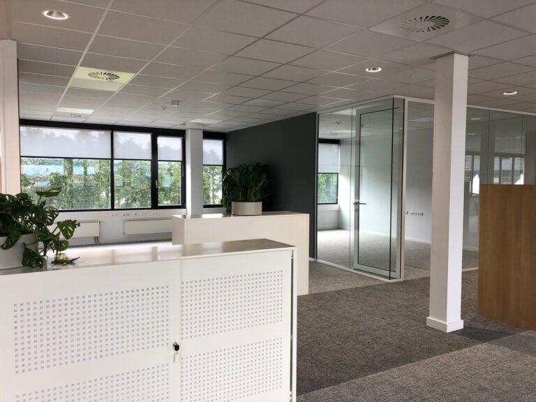 Interieur hoofdkantoor werkplekken
